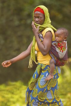 on the back of mama - Tanzania - Mothers of the World Tanzania, Baby Carrying, African Tribes, Historical Pictures, American Pride, People Of The World, Art Store, Mothers Love, Mother And Child