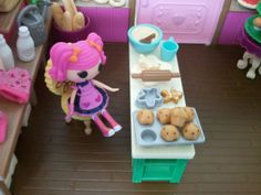 Anolther view of the Li'l Woodzeez Bakery Shop with a Lalaloopsy mini doll. Notice that the gingerbread man can be removed from its mold.