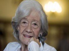 Ana María Matute Ausejo (1925-2014) fue una novelista española que logró convertirse en la tercera mujer en recibir el Premio Cervantes.