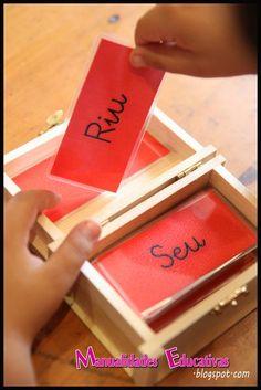 Hemos estado trabajando los mandatos de verbos Montessori. Consiste en una cajita de madera (la compré en el chino) con tarjetas rojas co...