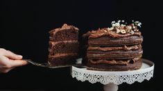 Supervláčné asuperčokoládové těsto připomínající brownies spolu sčokoládovo-oříškovým krémem je poměrně dekadentní kombinace, ale kdy jindy než teď si dopřát trochu sladké vzpruhy? Dort ale vůbec není přeslazený ajak si vredakci stále opakujeme, kakao je plné antioxidantů aořechy zase bílkovin, zdravých tuků, vitaminů aminerálů. Prostě spokojenost na všech frontách! Nutella, Tiramisu, Sweets, Brownies, Ethnic Recipes, Food, Cooking Ideas, Cakes, Cake Brownies