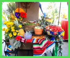 Mexican Theme Party Decor - Table Set up. Great Progressive Dinner or Cinco de Mayo idea. Taco Bar Menu, Taco Bar Party, Fiesta Party, Nacho Bar, Nacho Libre, Mexican Dinner Party, Progressive Dinner, Tacos And Tequila, Super Party