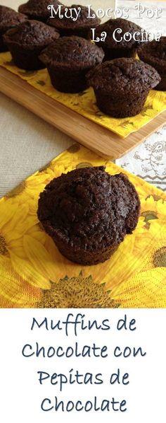 Muffins de Chocolate con Pepitas de Chocolate. Puedes encontrarlos en www.muylocosporlacocina.com.