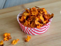 CRISPY OG SUNNERE GULROT-CHIPS - Bakekona Veggie Snacks, Snack Recipes, Healthy Recipes, Healthy Food, Veggie Side Dishes, Recipe Boards, Muffin, Food And Drink, Chips