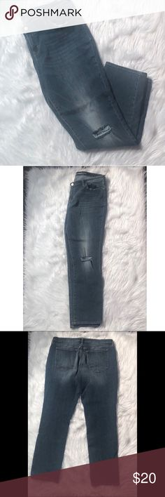 """OLD NAVY straight boyfriend jeans Preloved ❤️ in wonderful condition  Handmeasured - please account for human error  All measurements are approximate  Waist - ~ 19"""" Inseam-~ 28"""" Old Navy Pants Straight Leg"""