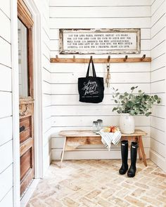 63 Stunning Rustic Farmhouse Entryway Decor and Design Ideas Farmhouse Side Table, Rustic Farmhouse, Farmhouse Style, Farmhouse Front, Vintage Farmhouse Decor, Rustic Bench, Farmhouse Ideas, Home Interior, Interior Design