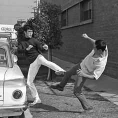 Technique de base pour bloquer un coup de pied en frappant sur la rotule du genoux.  Bruce Lee demonstrates jeet kune do side kick techniques in this photo-sequence excerpt from Bruce Lee's Fighting Method: The Complete Edition. #blackbeltmagazine #brucelee #jeetkunedo #martialarts #jkd #bruceleefighting #jkdtechniques #jeetkunedotechniques #bruceleetraining #bruceleebooks