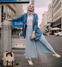 Young Hijab Skirt and Pullover Fashion Tesettür Jean Modelleri 2020 Hijab Fashion Summer, Modern Hijab Fashion, Street Hijab Fashion, Hijab Fashion Inspiration, Muslim Fashion, Modest Fashion, Hijab Skirt, Hijab Style Dress, Hijab Look