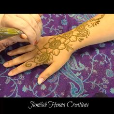 Fleurs et paisley henna Henna Flower Designs, Cool Henna Designs, Beginner Henna Designs, Stylish Mehndi Designs, Mehndi Designs For Girls, Mehndi Design Photos, Flower Henna, Mehndi Designs For Fingers, Beautiful Henna Designs