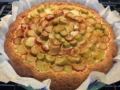 Liian hyvää: Kinuski-raparperipiirakka Sweet Pie, Something Sweet, Yummy Cakes, Vegetable Pizza, Sweet Recipes, Quiche, Berries, Deserts, Food And Drink