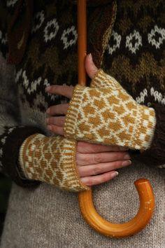 Pujoliivi: 2017 Fingerless Mittens, Knit Mittens, Mitten Gloves, Knitting Socks, Hand Knitting, Knitting Stitches, Knitting Patterns, How To Start Knitting, Needle And Thread
