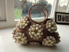 colour in a simple life: Almond Blossom Bag free crochet bag pattern Crochet Handbags, Crochet Purses, Crochet Bags, Crochet Ideas, Beau Crochet, Knit Crochet, Crochet Granny, Lilly Flower, Flower Bag