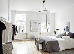 Spacieuse chambre à coucher ameublement et décoration design scandinave