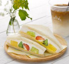 米粉入りパンを使用した「ミックスフルーツサンド」は、女性に人気のサンドイッチです♪今回は、パイナップル・いちご・甘夏・キウイフルーツ・りんごがつまっています(^^) http://lawson.eng.mg/0f8d7