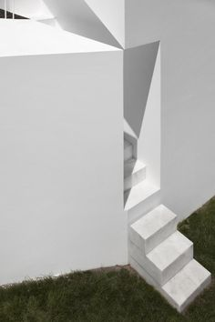 Aires Mateus design a contemporary white house in the historical center of Alcobaça Architects: Aires Mateus Location: Alcobaça, Portugal Year: 2011 Area: ft²/ 475 m² Photo courtesy: Fernando Guerra Minimalist Architecture, Contemporary Architecture, Architecture Details, Interior Architecture, Interior Design, Mediterranean Architecture, Architecture Portfolio, Architectural Elements, Stairways