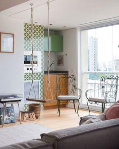 um dos detalhes mais legais do apartamento da Dani e da Rafa, do @quesedanierafa, é a varanda integrada com a sala ♥ além da churrasqueira revestida com ladrilhos e do armário colorido, o espaço tem cadeiras de jardim herdadas pelas moradoras e um balanço incrível bem no meio da sala (sonho de consumo de adultos e crianças, rsrs)... quem quiser ver mais já sabe: tá tudo no blog #decoração #varanda #todacasatemumahistoria (matéria: Inspiração escandinava) foto: @estudio_pulpo