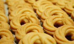 Τα μπισκότα βουτύρου είναι πεντανόστιμα. Συνήθως τα αγοράζουμε από φούρνο της γειτονιάς. Εμείς σας προτείνουμε να τα φτιάξετε στο σπίτι χρησιμοποιώντας 4 υλικά. Όσο για το χρόνο που θα σας πάρει; Το πολύ ένα τέταρτο!