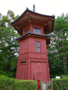 哲学堂公園。 .  東洋大学の創立者で、 哲学者の井上円了が創設した、 不思議な「哲学テーマパーク」です。 .  赤い、六角形をした、 「六賢台」という建築には、 東洋的哲人として、 日本の聖徳太子・菅原道真、 中国の荘子・朱子、 印度の龍樹・迦毘羅仙の六人を、 「六賢」として祀ってあるのだそうです。 .  また、 四角形の平屋、「四聖堂」には、 東洋哲学の孔子と釈迦、 西洋哲学のソクラテスとカントを、 世界的四哲人として祀っているのだそうです。 .  そして、 心を表す円形を柱として、 物を表す...