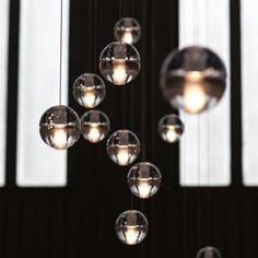 Serie 14 van Bocci werd ontworpen door de Canadese architect Omer Arbel�en�bestaat uit glazen halve bollen. Deze zijn met de hand geblazen en geboord, waardoor iedere bol uniek is. Zowel individueel als in cluster zijn het subtiele verlichtingselementen. Je kan er verschillende sferen mee cre�ren: intiem, kaarslicht evenarend, of feller licht voor boven een eettafel of werkplek.14 Standard is beschikbaar met 3, 5, 7, 11, 14, 20, 26 of 36 glazen bollen.�De lampen beschikken over een…