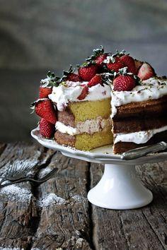 I'm gonna attempt this with Almond/Coconut flour and Coconut crystals for sugar. white coconut flour for dusting. Pratos e Travessas: Pão de ló de morango # Strawberry sponge cake Strawberry Sponge Cake, Strawberry Recipes, Sweet Recipes, Cake Recipes, Dessert Recipes, Cupcakes, Pastry Cake, Love Cake, Cream Cake