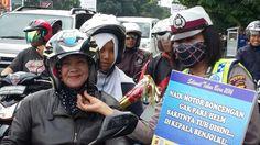 Tribratanews.com – Menyambut tahun baru 2016, Polisi Wanita Polres Bogor Kota membagi-bagikan terompet tahun baru kepada para pengguna jalan dan pengguna kendaraan yang melintas di Tugu Kujang Bogor, Jalan Padjajaran, Kota Bogor, Kamis (31/12/2015). Sejumlah Polwan membagikan terompet dengan mengenakan topeng berupa masker,  sekaligus memberikan himbauan agar para pengendara tertib berlalu lintas menjelang pergantian tahun ini.