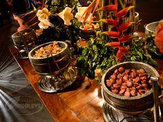 """Uma das mais tradicionais do país, a comida mineira encanta pelos pratos ricos em sabor e cheios de bons """"causos"""". Os alimentos mais caseiros e repletos de aromas são representados aqui pelo caldo de feijão, caldo de mandioca, pão de queijo, pastel de angu, pernil, leitoa a pururuca, feijão tropeiro, torresmo, mandioca frita, dentre outros."""