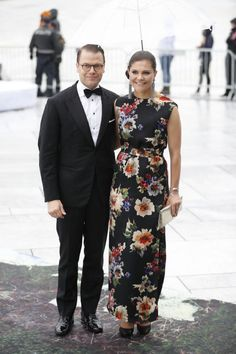 Crown Princess Victoria of Sweden opts for an unusually summery gown as she links arm with her husband Prince Daniel. Victoria Prince, Princess Victoria Of Sweden, Crown Princess Victoria, Royal Dresses, Sexy Dresses, Greek Royal Family, Banquet Dresses, Victoria Fashion, Swedish Royalty