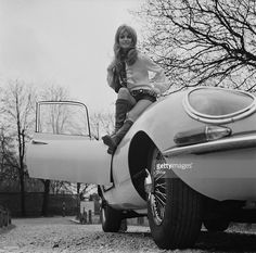 British actress Suzy Kendall sitting on a Jaguar Etype sports car... ニュース写真 | Getty Images