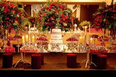 Casamento com decoração em vermelho e branco