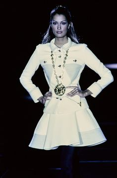 Versace Fall 1992 Ready-to-Wear Fashion Show - Yasmeen Ghauri - Runway - Fashion Versace Fashion, 90s Fashion, Runway Fashion, Fashion Models, Fashion Show, Fashion Design, Fashion Vintage, High Fashion, Donatella Versace