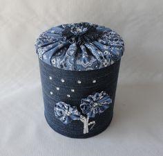 Lata decorada em jeans com detalhe em strass e tecido estampa bandana, tampa com fuxico do emso tecido. <br>Pode ser utilizada como lembrancinha de aniversários, centro de mesa, porta objetos e muitas outras utilidades.