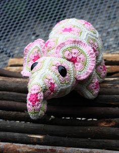 Woolbunnies: Little African Flower Crochet Elephant. Pattern by Heidi Bears… Crochet Quilt, Knit Or Crochet, Crochet Crafts, Crochet Dolls, Yarn Crafts, Crochet Projects, Crochet African Flowers, Crochet Flowers, Amigurumi Patterns