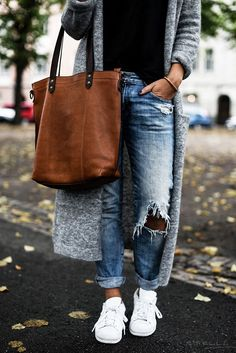 Gilet long gris + top noir + jean boyfriend troué + sac marron