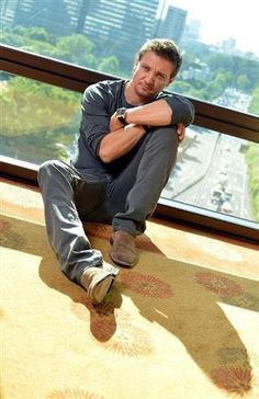 I always feel like it's a Christmas miracle when I find a Jeremy Renner picture I don't think I've seen before...