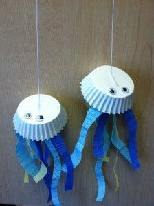 Jiggly jellyfish craft using coffee filters or cupcake papers! Ocean Crafts for Kids! Ocean Crafts, Vbs Crafts, Daycare Crafts, Camping Crafts, Toddler Crafts, Crafts For Kids, Arts And Crafts, Colorful Jellyfish, Jellyfish Crafts