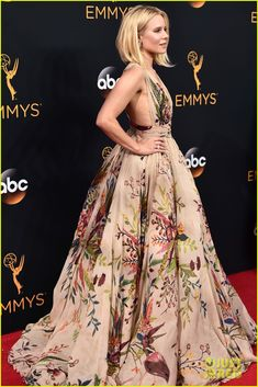 Kristen Bell Looks Fab in Floral on the EmmyRed Carpet!