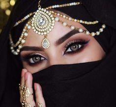 Girl with a beautiful eyes Arabian Eyes, Arabian Makeup, Arabian Beauty, Arabian Nights, Pearl Headpiece, Headpiece Jewelry, Jewellery, Indian Makeup, Indian Hair