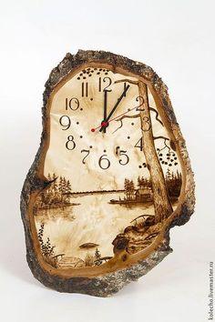 Купить или заказать Часы настенные на капе в интернет-магазине на Ярмарке Мастеров. Часы которые не просто показывают вам время, они показывают всю красоту природы. Работы умелых художников-выжигальщиков, выполненные на красивейшем природном холсте - капе карельской березы. Мы сохранили его для вас максимально в первозданном виде, с корой и даже иногда с кусочками мха. Каждый пейзаж уникален, второго такого вы ни у кого не найдете.