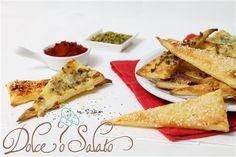 I triangoli di pasta sfoglia al formaggio sono degli gustosi stuzzichini salati molto veloci da preparare, ideali per i giorni di festa per chi vuole preparare dei stuzzichini in pochissimo tempo da servire per un aperitivo o come antipasto in un ricco buffet.