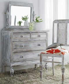 Con una mano de pintura y un toque de tela conseguirás que esta cómoda y silla, envejecidas por los años, recuperen todo su esplendor.