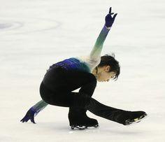 NHK杯フィギュアの男子フリーで演技する羽生結弦。ショートプログラム(SP)に続いてフリーも197.58点で1位となり…