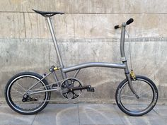 A custom Brompton that I'd actually consider. probably needs a bigger gear ratio, and a belt drive. Brompton, Folding Bicycle, Flat Tire, Belt Drive, Mini Bike, Road Bikes, Vintage Bicycles, Bicycling, Biking