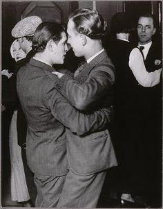 BRASSAÏ :Jeune couple au bal de la Montagne Sainte-Geneviève, vers 1932.  Prise de vue réalisée à Paris 75005 © RMN / Michèle Bellot