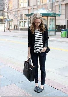 黒のスキニーパンツとボーダートップスは相性のいい組み合わせです。失敗もしないですし着こなしやすいので、コーディネートに迷う日は黒パンツとボーダートップスで決まりっ。  黒のジャケットをアウターにしても素敵ですね。靴も鞄も黒なのでモノトーンコーディネートのできあがりです。靴はレザータイプのスリッポンやローファーだときちっと感もでていいですね。