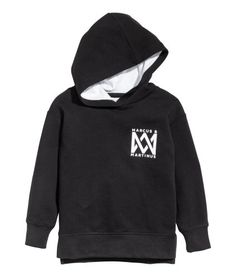 Black/Marcus & Martinus. Long-sleeved sweatshirt with a lined hood, printed motif at front, and slits at sides. Slightly longer at back. Soft, brushed