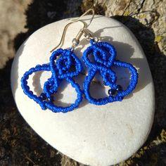 In vielen unterschiedlichen Farbstellungen gibt es diese hübschen, handgeknüpften Makramée-Hängeohrringe aus Polyestergarn mit Rocailles. Da ist für jeden etwas dabei. Von dezenten gedeckten Farbstellungen, bis fröhlich bunt. Schaut sie Euch an und greift schnell zu, sie sind nur in ganz geringer Menge verfügbar! Macrame Earrings, Pendant Earrings, Crochet Earrings, Indigo Blue, Bunt, Different Colors, Seed Beads, Olive Green, Black And Brown