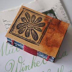 Noch ein Minibüchlein aus der Frühlingsbücherei, von Moni.⠀ ⠀ ⠀ #frühlingsmailart2017 #frühlingspost2017 #minibooks #bookbinding #mailart #postkunst Coasters, Photo And Video, Videos, Instagram, Art, Stamps, Pattern, Video Clip, Coaster Set