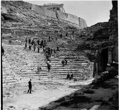 """ΩΔΕΙΟ ΗΡΩΔΟΥ ΑΤΤΙΚΟΥ. Ελλάδα 1928-1935. Φωτογράφος Walter Hege Αρχείο Bildarchiv Foto Marburg.                                            Liza""""s Photographic Archive of Greece."""