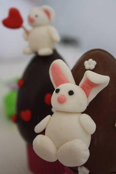 """Simpatici e teneri coniglietti di pasta di zucchero decorano gli ovetti di cioccolato fondente e al latte. Con sorprese """"home made"""""""