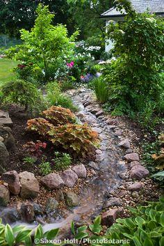 Stream running through backyard garden toward home - DIY Garten Landschaftsbau Backyard Stream, Garden Stream, Backyard Water Feature, Ponds Backyard, Water Garden, Pond Design, Landscape Design, Japanese Garden Landscape, Garden Waterfall